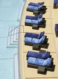 Stühle durch Swimmingpool stockbild