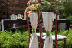 Stühle in einem Garten Stockbilder