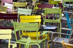 Stühle an einem im Freienkaffee Lizenzfreie Stockfotos