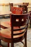 Stühle in einem Kaffee Stockfotografie