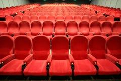 Stühle in einem Kino Lizenzfreie Stockfotos
