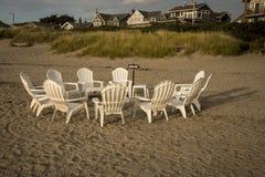 Stühle in einem Kreis auf dem Strand Stockfotos