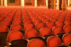 Stühle in einem Theater stockfotografie