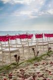Stühle an einer karibischen Strandhochzeit stockbilder