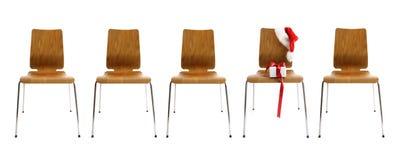 Stühle in einer Reihe mit Geschenk auf Weiß Stockfotos