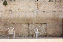 Stühle an einer westlichen Wand Lizenzfreie Stockfotografie