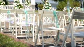 Stühle für den Gast auf der Hochzeitszeremonie Ort der Hochzeitszeremonie stock video