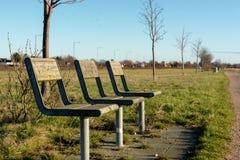 Stühle für die Entspannung durch das Meer, ein blauer Himmel, Nahaufnahme stockbilder