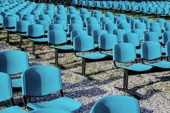 Stühle für im Freienerscheinen. Lizenzfreies Stockfoto
