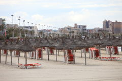 Stühle gestapelt auf einem Strand Stockbild