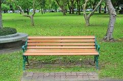 Stühle im allgemeinen Park mit Fall trockneten Blätter herum Fühlen Sie sich einsam und ruhig lizenzfreie stockfotos