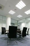Stühle im Büro lizenzfreie stockbilder