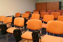 Stühle im bussiness Raum Stockfotos