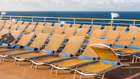 Stühle im Entspannungsbereich auf Heck des Kreuzfahrtschiffs stockbild