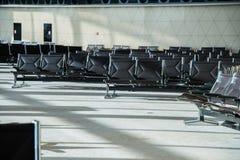 Stühle im Flughafen Stockbilder