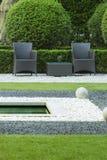 Stühle im Freien im Garten lizenzfreies stockfoto