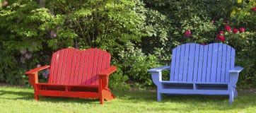 Stühle im Garten. Lizenzfreies Stockbild