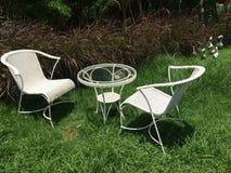 Stühle im Garten Lizenzfreie Stockfotos