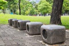 Stühle im Garten Stockbilder