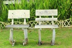 Stühle im Garten mit Natur Stockbild