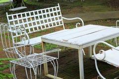 Stühle im Garten mit Natur Lizenzfreies Stockfoto