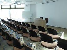 Stühle im Klassenzimmer Stockfotos