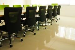 Stühle im Konferenzsaal Stockbild
