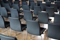 Stühle im Konferenzsaal Lizenzfreie Stockfotos