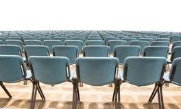 Stühle im Konferenzsaal lokalisiert Lizenzfreie Stockbilder