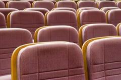 Stühle im Konferenzzimmer Stockbilder