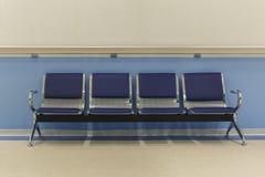 Stühle im Krankenhauskorridor Lizenzfreies Stockbild