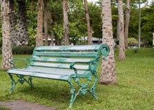 Stühle im Park Stockbild
