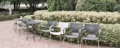 Stühle im Weinlesegarten Stockbild