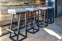 Stühle innerhalb des Innenraums in der modernen Kneipensportbar mit dunkler Dachbodenentwurfsart lizenzfreie stockfotos