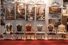 Stühle am Macef-Ausgangszeigung in Mailand Stockfotografie