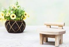 Stühle mit Blumen Stockfotos