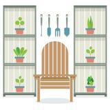 Stühle mit Blumentöpfen in Kabinett-Gartenarbeitkonzept Stockfotos