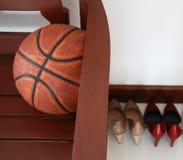 Stühle mit einem Basketball Stockfoto