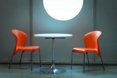Stühle mit Tabelle am Wochenende Donna 2013 in Mailand, Italien Stockfotos