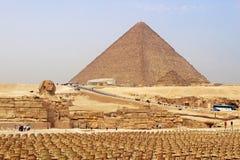 Stühle nahe den großen Pyramiden von Giseh im Hintergrund Der ou lizenzfreie stockbilder
