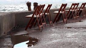 Stühle nahe der Küste stock video footage