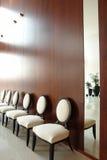 Stühle nahe der Wand Lizenzfreie Stockfotos