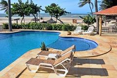 Stühle am Pool Lizenzfreies Stockfoto