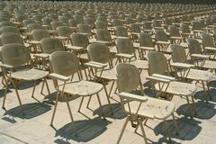 Stühle in Reihen Stockfotos
