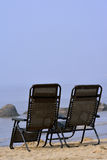 Stühle am Strand Stockfotografie