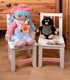 Stühle und Babyattrappen stockfotografie