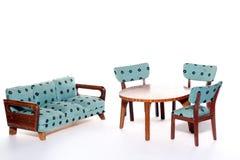 Stühle und Couch ringsum eine Tabelle lizenzfreies stockfoto