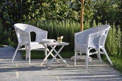 Stühle und eine Tabelle auf einem Patio Stockbild