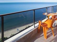 Stühle und eine Tabelle auf einer schönen Terrasse mit einer Seeansicht stockfotos