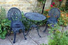 Stühle und eine Tabelle in einem Garten Lizenzfreies Stockfoto